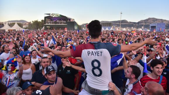 """Desdizaines demilliers de supporters sont réunis dans la """"fan zone"""" de Marseille, jeudi 7 juillet 2016, pour voir le match contre l'Allemagne en demi-finale de l'Euro."""