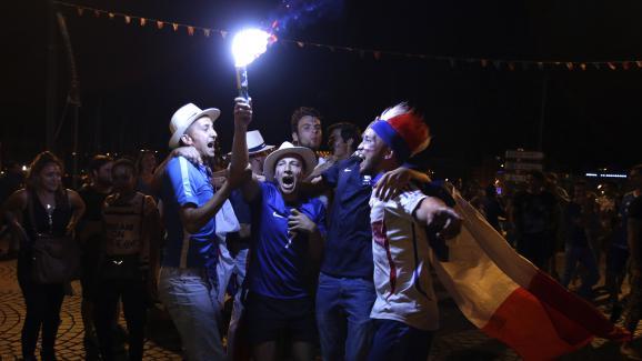 Des supporters français célèbrent la qualification en finale de l'Euro, jeudi 7 juillet 2016 à Marseille.