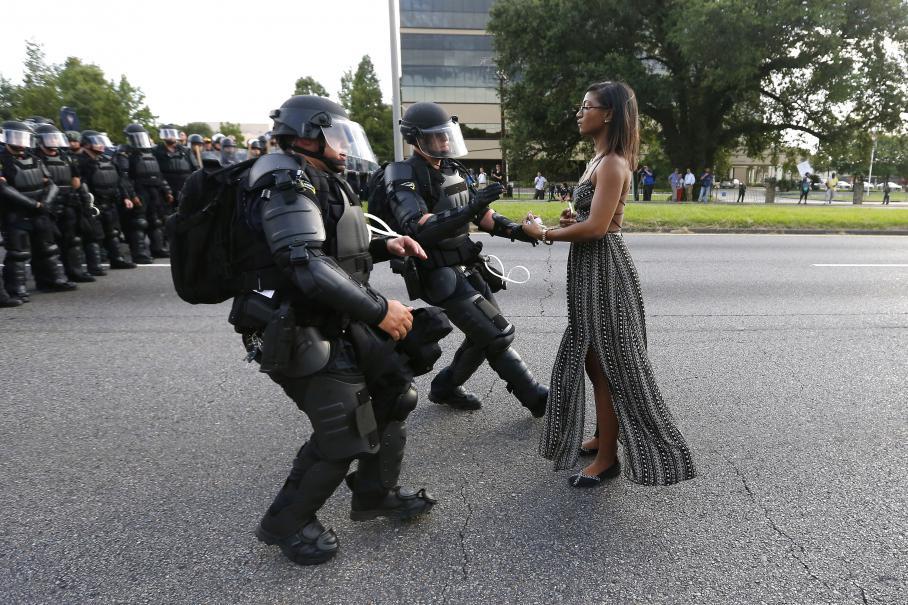 Une manifestante est arrêtée par la police en marge d\'un rassemblement de protestation contre la mort d\'Alton Sterling, le 9 juillet 2016 à Bâton-Rouge (Etats-Unis).
