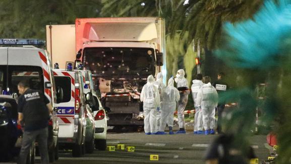 La police scientifique se tient à côté du camion qui a foncé dans la foule sur la Promenade des Anglais à Nice (Alpes-Maritimes), le 15 juillet 2016.