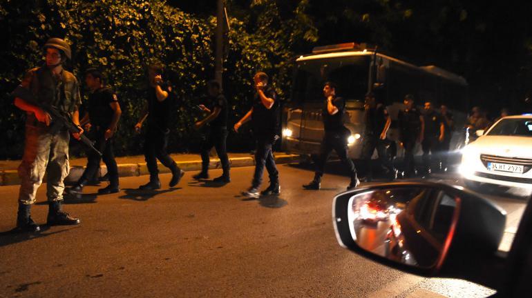 Des militaires turcs se déploient pour fermer lesponts sur le Bosphore à Istanbul (Turquie), vendredi 15 juillet 2016.