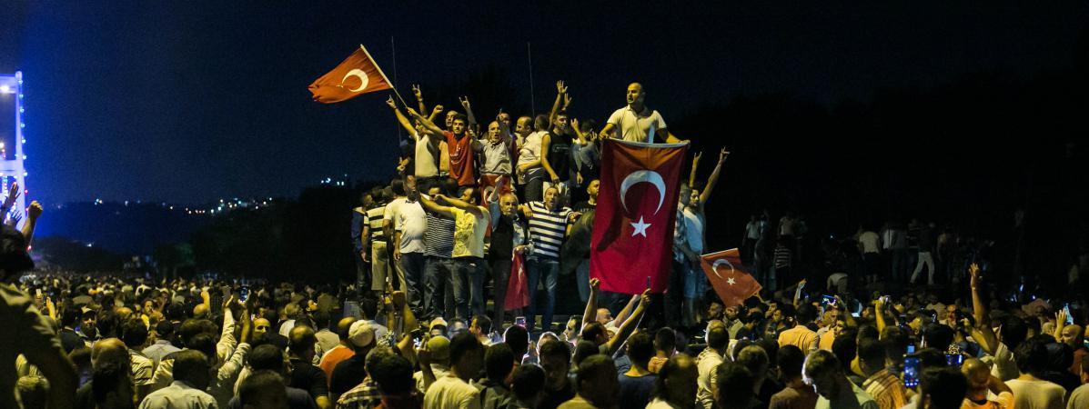 Des manifestants sur un pont à Istanbul (Turquie) pour protester contre le coup d'Etat de certains militaires, le 16 juillet 2016.