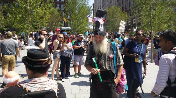 Vermin Supreme, ancien candidat aux primaires libertariennes déambule en marge de la convention républicaine, à Cleveland (Etats-Unis), le 20 juillet 2016.