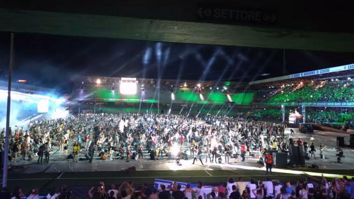 """VIDEO. En Italie, """"Smells Like Teen Spirit"""" joué en même temps par 1 200 musiciens"""