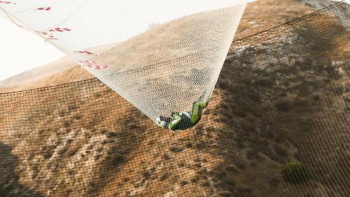 VIDEO. Un parachutiste sans parachute survit à son saut de 7 600 mètres en chute libre