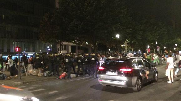 Les forces de l'ordre tentent de disperser des migrants dans le 19e arrondissement de Paris, dimanche 31 juillet 2016.