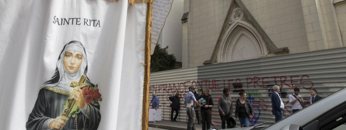 Des manifestants bloquent l'accès à l'église Sainte-Rita, dans le XVe arrondissement de Paris, le 3 août 2016.