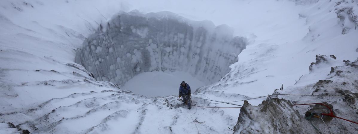 Un cratère formé dans la péninsule de Iamal, en Sibérie (Russie), le 9 novembre 2014.
