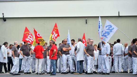 Une soixantaine de salariés de l\'équipementier Bosch manifestent avant la visite du ministre de l\'Economie Emmanuel Macron, jeudi 4 août, à Onet-le-Château (Aveyron).