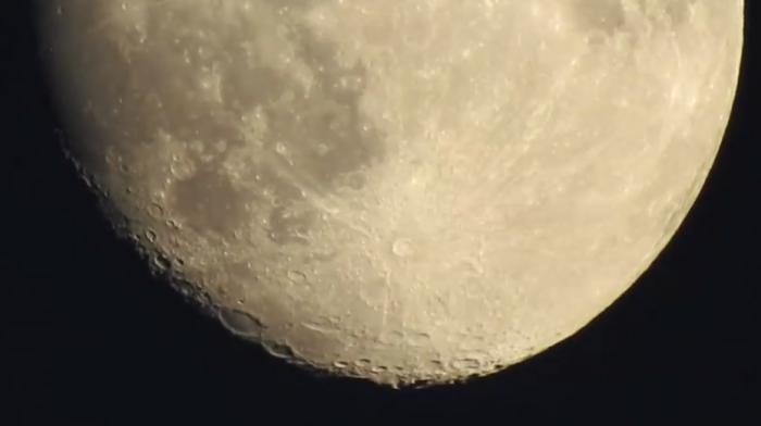 VIDEO. Depuis le trottoir, il zoome jusqu'aux cratères de la Lune avec son appareil photo