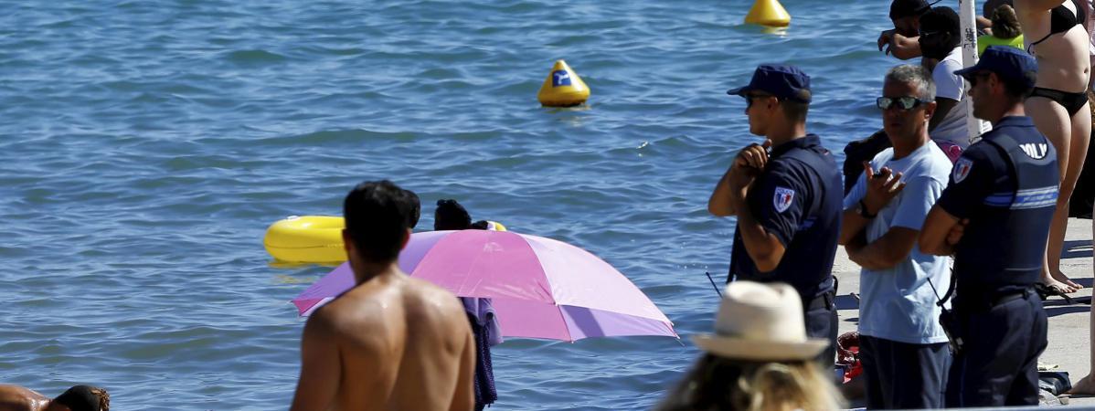 La police municipale surveille une plage de Cannes (Alpes-Maritimes), le 11 août 2016.