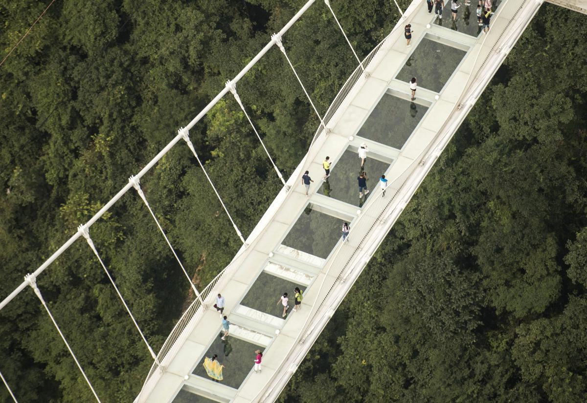 en images chine le pont en verre le plus long du monde ouvre au public. Black Bedroom Furniture Sets. Home Design Ideas