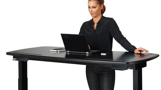 Des bureaux assis debout pour préserver sa santé devant l ordinateur