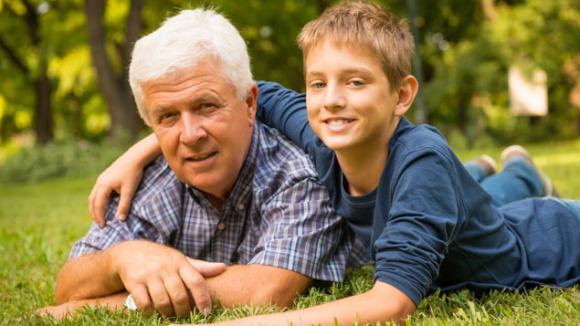 Grands-parents et petits-enfants : oublier -un peu- les consignes des parents