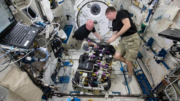 Vivre bord de la station spatiale internationale for Rooms to go tv package 2015
