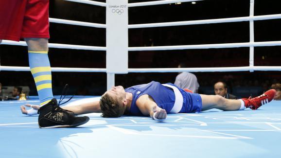 Alexis Vastine, allongé sur le ring, lors des quarts de finale en welters (69 kg), aux Jeux olympiques de Londres, le 7 août 2012.