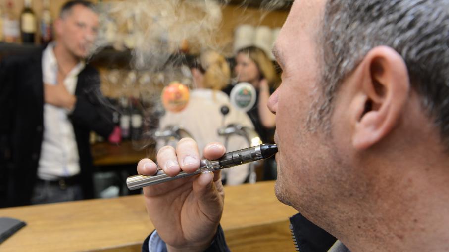 saint l interdit la cigarette lectronique dans les lieux publics. Black Bedroom Furniture Sets. Home Design Ideas