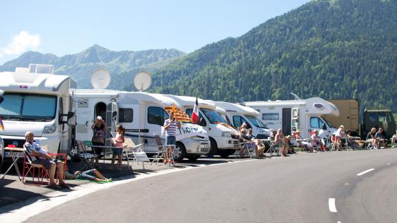 tour de france les camping cars stars du bord des routes. Black Bedroom Furniture Sets. Home Design Ideas