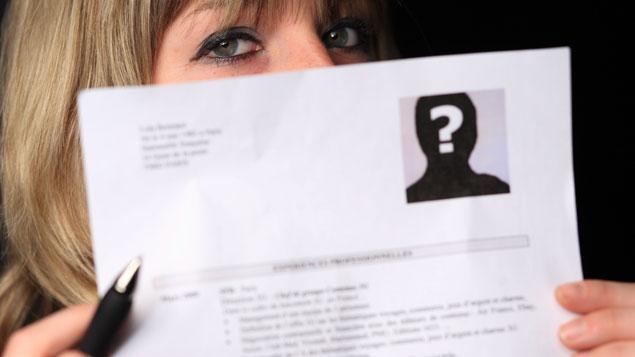 embauche   le cv anonyme gommerait les in u00e9galit u00e9s sans les