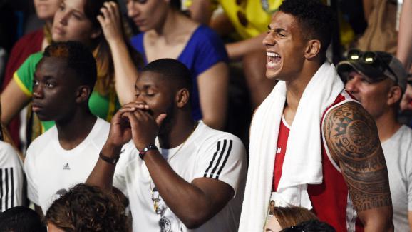 Tony Yoka supporte Estelle Mossely durant sa finale des - de 60 kg, aux Jeux de Rio, le 19 août 2016.