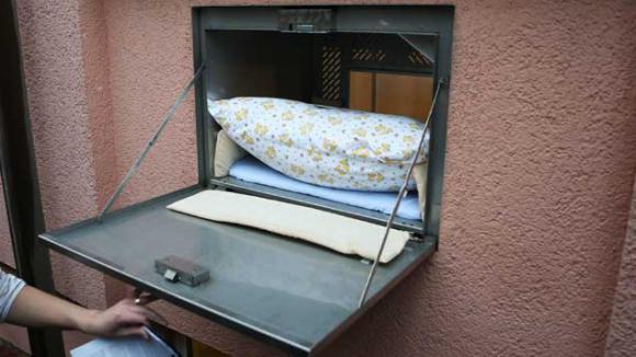 que deviennent les 500 600 enfants abandonn s chaque ann e en france. Black Bedroom Furniture Sets. Home Design Ideas