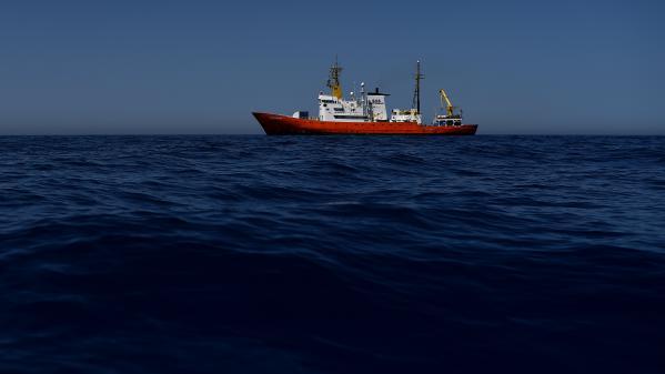 Un bateau de sauvetage de migrants de Médecins sans frontières attaqué par des hommes armés en Méditerranée