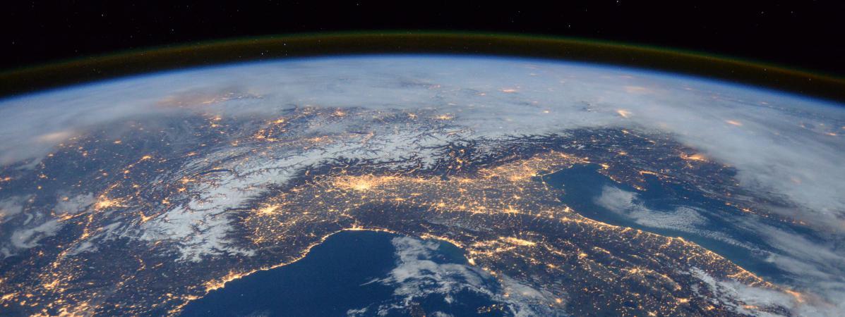 La station spatiale internationale survole l'Italie, les Alpes et la mer Méditerranée, le 25 janvier 2016.