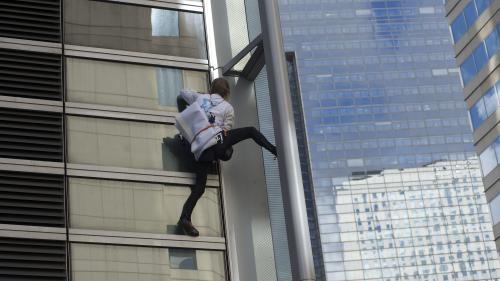 VIDEO. L'homme-araignée Alain Robert escalade la tour Engie à la Défense