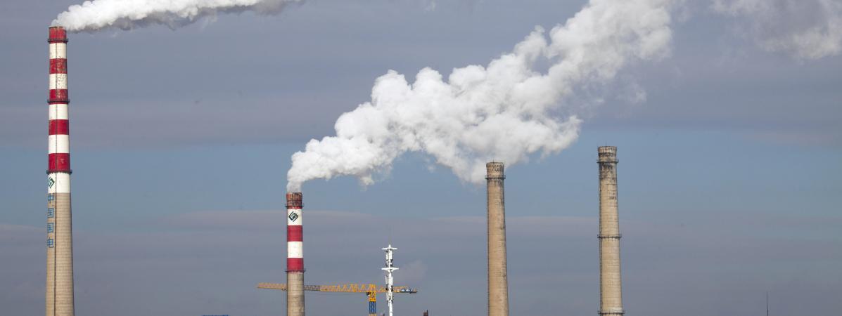 Des cheminées d'une centrale au charbon à Jilin, en Chine, le 28 octobre 2015.