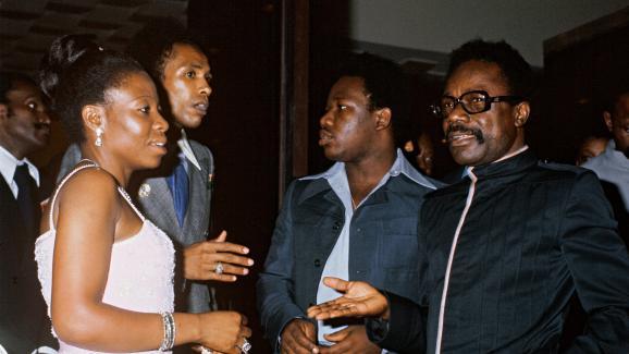 Le président du Gabon Omar Bongo (à droite) et son épouse Patience Dabany, accompagnés de leur fils Ali Bongo (au centre), lors du sommet de l'Organisation de l'unité africaine (OUA) à Libreville, au Gabon, le 7 juillet 1977.
