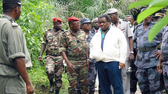 Ali Bongo, alors ministre de la Défense, durant une visite à l'île de Mbanié (Gabon), le 13 mars 2003.
