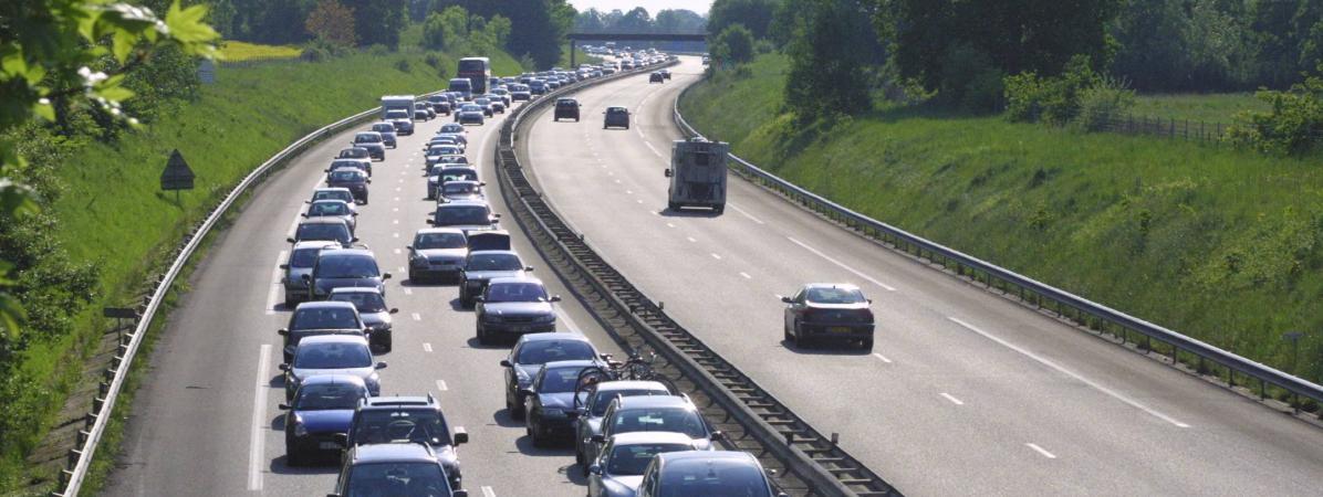 L'autoroute A13 rouvre sur une seule voie, le poids lourd toujours couché sur la route