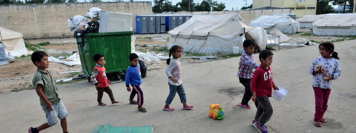 Des enfants jouent dans le campde réfugiés de Diavata, dans le nord de la Grèce, le 23 août 2016.
