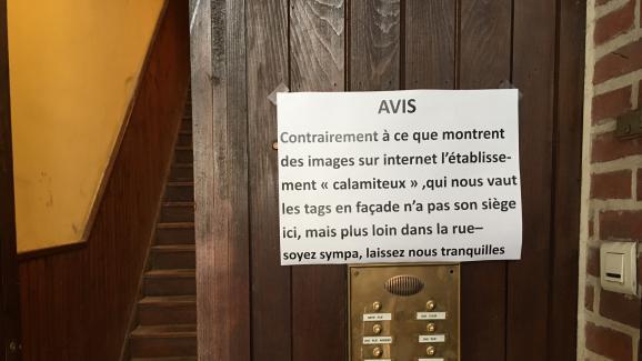 """L'entrée de l'immeuble voisin de """"La Citadelle"""", à Lille, vendredi 16 septembre."""