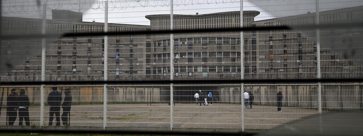 Des détenus marchent dans la cour de la prison de Fleury-Merogis (Essonne), le 29 octobre 2015.