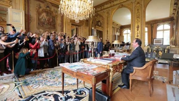 François Hollande prend la pause devant ses visiteurs.-Élysée