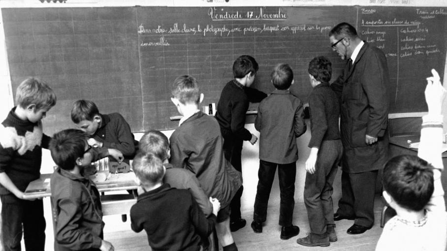 histoires d 39 info l 39 cole obligatoire jusqu 39 16 ans pour augmenter le niveau intellectuel 1967. Black Bedroom Furniture Sets. Home Design Ideas