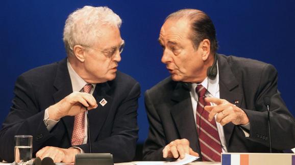 Le Premier ministre Lionel Jospin, en pleine discussion avec Jacques Chirac, camoufle le microphone, le 8 décembre 2000, lors d\'un sommet européen à Nice.