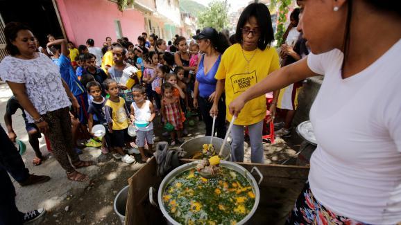 Distribution gratuite de nourriture dans le quartier de Caucaguita, à Caracas, le 17 septembre 2016.