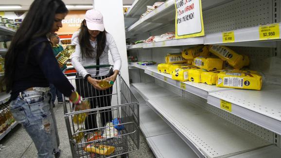 Des Vénézuéliennes font leurs courses dans un supermarché à Cucuta, en Colombie, le 17 juillet 2016.