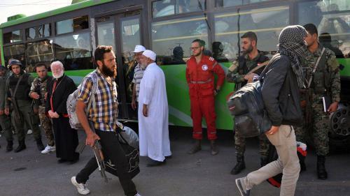 VIDEO. Syrie : des combattants rebelles évacués d'un quartier de Homs après un accord avec le régime