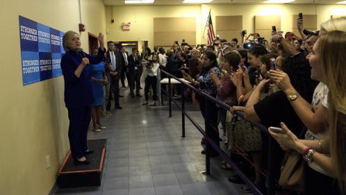 Hillary Clinton face à ses soutiens... qui lui tournent le dos pour un selfie