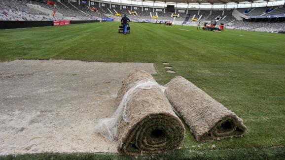 Les rouleaux de pelouse de la nouvelle pelouse du TFC, au Stadium de Toulouse, le 16 septembre 2016.