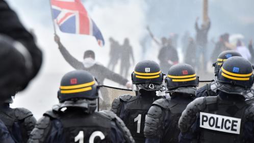 Jets de pierres, canons à eau et bus bloqués : une manifestation interdite sous tension à Calais