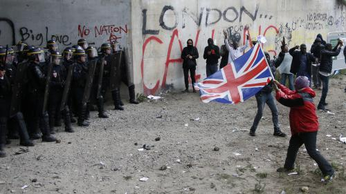 Jets de pierres, canons à eau et bus bloqués : une manifestation interdite dégénère à Calais