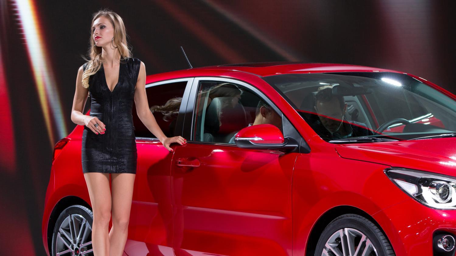 video mondial de l 39 automobile les h tesses d 39 accueil face au sexisme. Black Bedroom Furniture Sets. Home Design Ideas