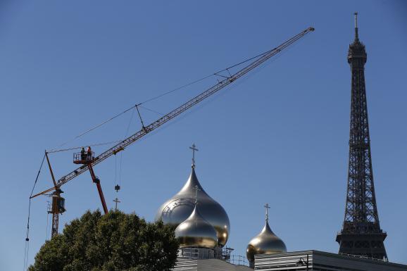 Le chantier de la cathédrale orthodoxe Sainte-Trinité, près de la tour Eiffel, prise en photo le 2 août 2016 à Paris.