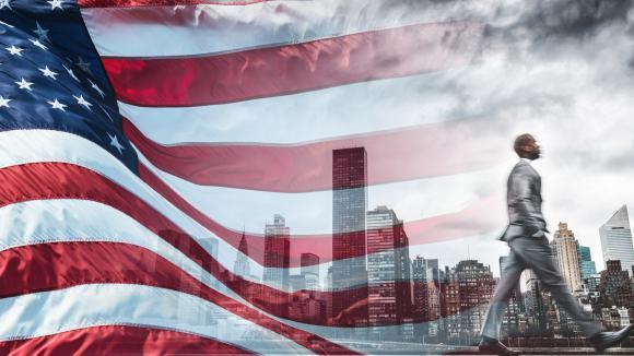 Homme d\'affaires sur fond de drapeau des USA
