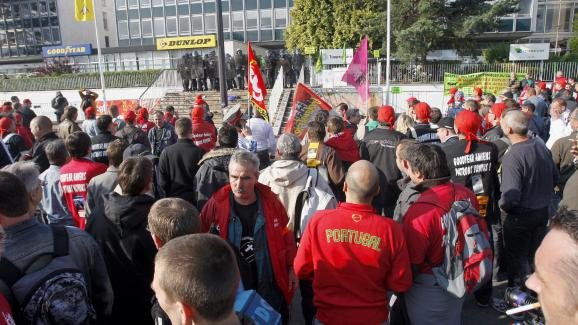 In 2009, a thousand employees of the factory  Goodyear demonstrate in front of the premises of  the company against the proposed  closure.