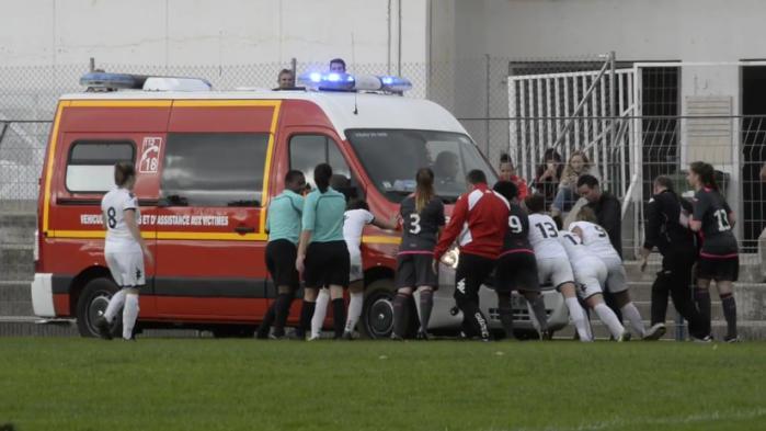 VIDEO. Des footballeuses s'entraident pour sortir une ambulance de la boue
